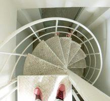 海外で螺旋階段を施工中!
