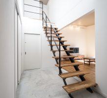 クリアな空間に、ストレート階段。