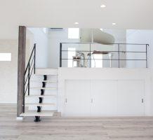 白いピアノとブラック階段