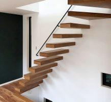 片持ち階段(上3段廻り)の施工